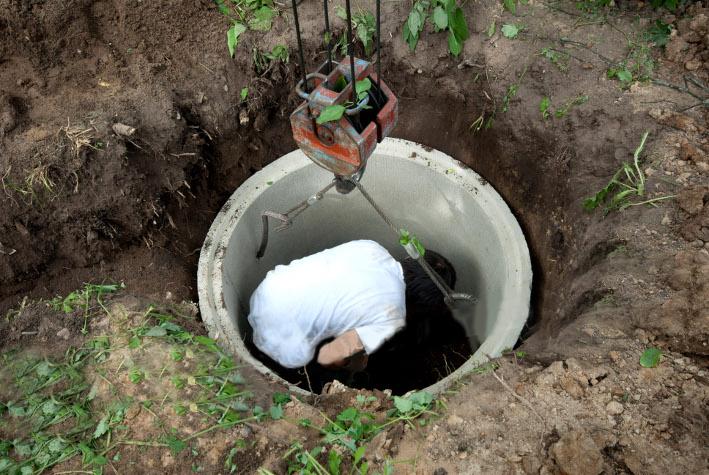 Монтаж колец в котлован для отведения очищенной воды
